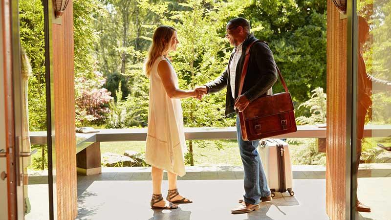 چطور می تونیم در سفرهای خارجی رزرو هتل رایگان داشته باشیم؟